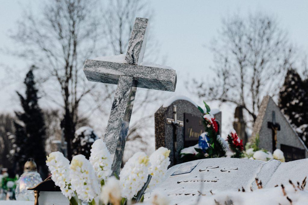 Un lieu d'inhumation avec des fleurs blanches et une croix