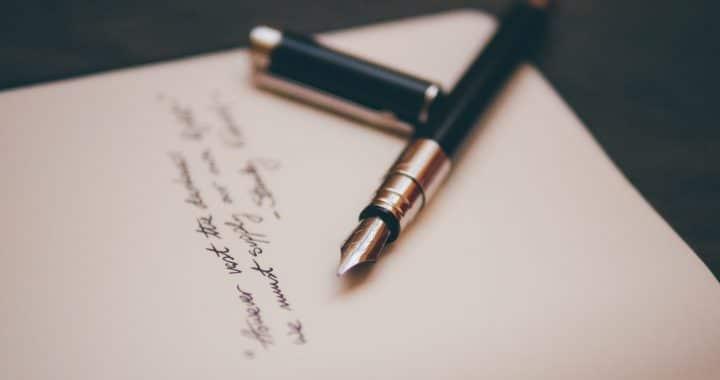 Un stylo posé sur une feuille de papier