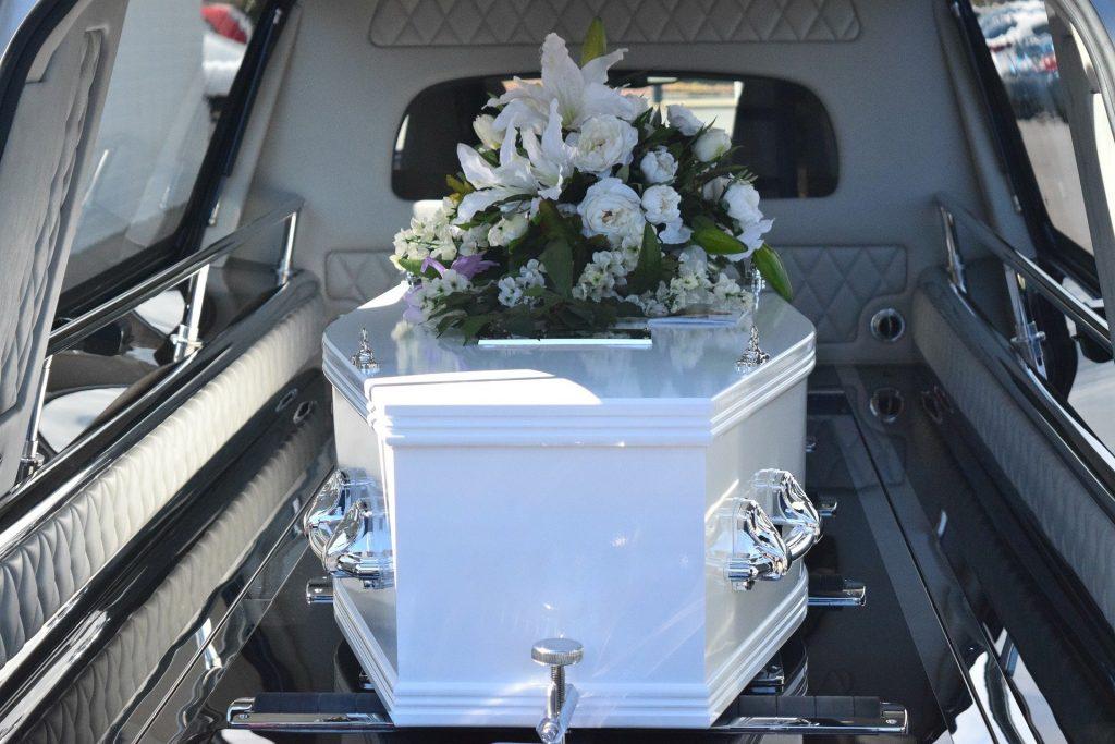 Un cercueil blanc